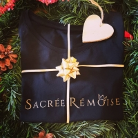 Christmas is coming 🎄  Avez-vous terminé tous vos cadeaux de Noël ? Moi c'est enfin fait 🤶☺️  Pour ceux qui cherchent quelques idées, allez faire un tour sur le site je suis sûr que vous trouverez 😁  Et en plus, c'est original, local et même personnalisable 🎁  Bonne journée ✨ _________________________________ #sacreremois #sacreeremoise #sacrechampenois #sacreechampenoise #reims #remois #remoise #champenois #champenoise #champagne #createurremois #createurlocal #creatrice #créationoriginale #ideecadeau #cadeaudenoel #noel2020 #gift #creationlocale