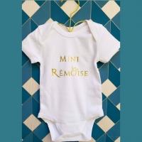 🍼 Nos bodys bébés sont désormais disponibles chez @mamentpartfete 😊  Pour petit garçon et petite fille, il y en a pour tous les goûts !  Body manches courtes en coton bio imprimés en Champagne-Ardenne ✌️ _________________________________ #sacreremois #sacreeremoise #sacrechampenois #sacreechampenoise #reims #remois #remoise #champenois #champenoise #champagne #createurremois #createurlocal #creatrice #créationoriginale